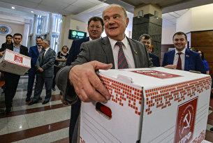 Геннадий Зюганов представил в ЦИК документы о выдвижении кандидатов в депутаты Госдумы РФ