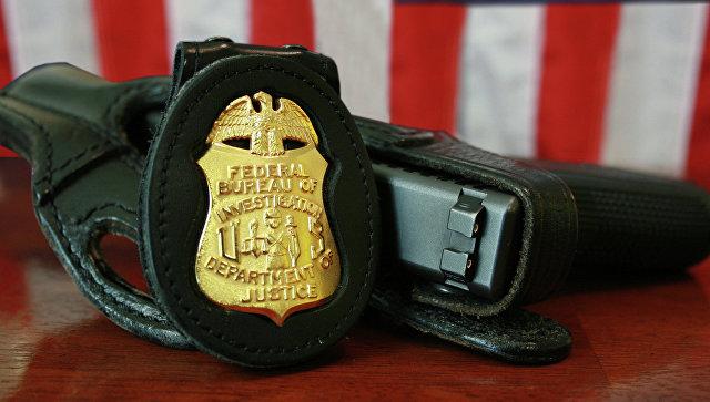 Жетон и табельный пистолет сотрудника ФБР. Архивное фото