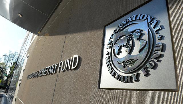 Табличка с логотипом Международного валютного фонда на стене здания МВФ