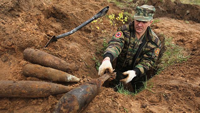 Разминирование боеприпасов периода Великой Отечественной войны. Архивное фото