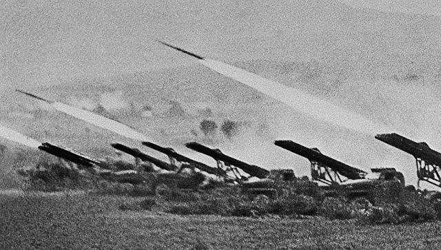 Реактивные установки залпового огня (Катюши) наносят удар по врагу во время Сталинградской битвы в октябре 1942 года