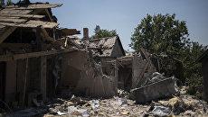 Разрушенный дом после ночного обстрела в Петровском районе Донецкой области. Архивное фото