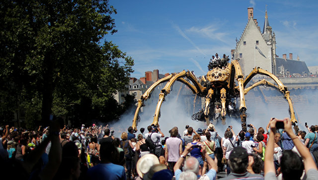13-метровый робот-паук на улицах французского Нанта