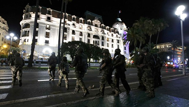 Солдаты на месте нападения на толпу в Ницце. 15 июля 2016