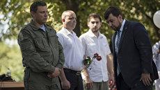 Глава ДНР Александр Захарченко и председатель Народного Совета ДНР Денис Пушилин во время митинга, посвященного памяти погибшим в результате авиаудара по городу Снежное в июле 2014 года