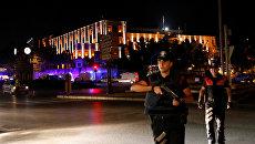 I dipendenti della polizia turca vicino la costruzione del quartier generale militare di Ankara