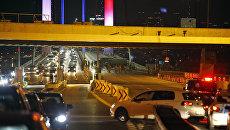 I militari bloccato il traffico sul ponte sul Bosforo a Istanbul, Turchia