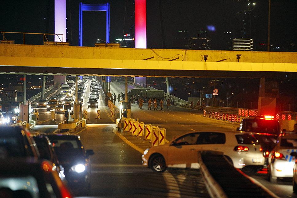 Военные перекрыли движение на Босфорском мосту в Стамбуле, Турция
