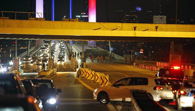 Военные перекрыли движение на Босфорском мосту в Стамбуле. Архивное фото