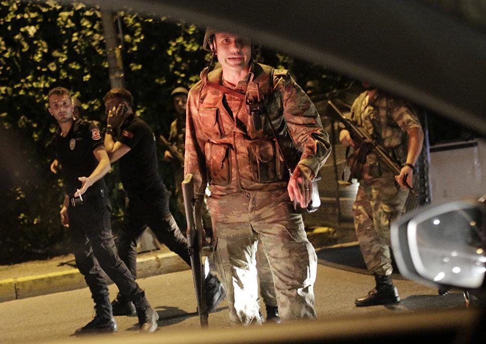 Полиция и военные на улице Стамбула, Турция