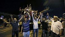 Persone in tutto il carro armato dell'esercito turco, nei pressi dell'aeroporto Ataturk di Istanbul.  16 lug 2016