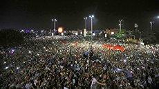 Persone in tutto l'aeroporto Ataturk di Istanbul.  16 lug 2016