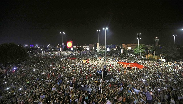 Демонстрация возле аэропорта Ататюрка в Стамбуле, Турция