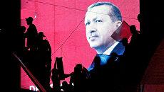 Cторонники президента Турции Тайипа Эрдогана во время проправительственной демонстрации в Анкаре. 17 июля 2016 года