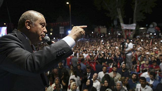 Президент Турции Реджеп Тайип Эрдоган выступает перед своими сторонниками. Архивное фото