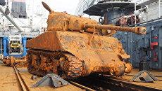 Американский средний танк Шерман, поднятый со дна Баренцева моря. Архивное фото