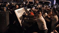 Протестующие во время столкновения с полицейскими на улице близ захваченного в Ереване здания полка патрульно-постовой службы. Архивное фото
