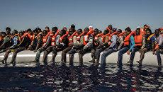 Мигранты ждут эвакуации в Средиземном море. Архивное фото
