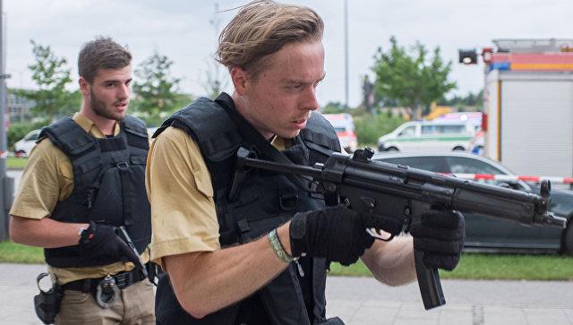 Вооруженные сотрудники полиции на месте стрельбы в торговом центре Мюнхена. 22 июля 2016
