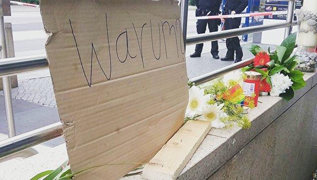 Свечи и цветы в память о погибших в Мюнхене