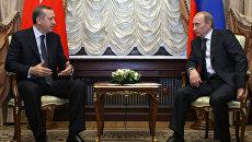 Премьер-министр РФ Владимир Путин (справа) встретился со своим турецким коллегой Реджепом Тайипом Эрдоганом (слева). Архивное фото