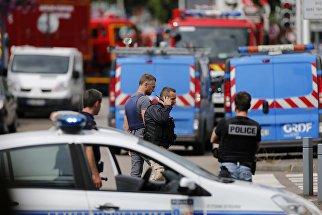 Сотрудники французской полиции возле церкви в городке Сент-Этьен-дю-Рувре. 26 июля 2016