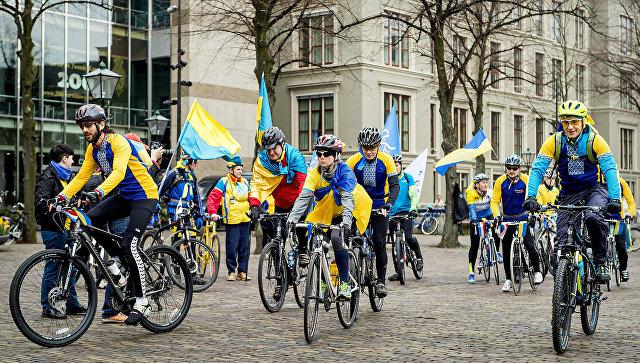 Велосипедисты из Украины во время проведения референдума о соглашении об ассоциации между ЕС и Украиной в Гааге. 3 апреля 2016 года