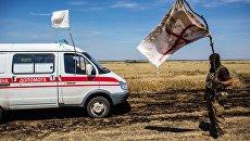 Украинский военный с белым флагом во время передачи убитых на нейтральной территории вблизи поселка Диброво