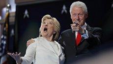 Кандидат в президенты США Хиллари Клинтон и ее супруг экс-президент Билл Клинтон на съезде Демократической партии в Филадельфии. 28 июля 2016 года