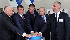 Владимир Путин во время запуска нового проекта публичного акционерного общества Акрон. Архивное фото