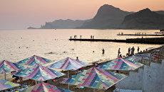 Отдыхающие на пляжах Судака. Архивное фото