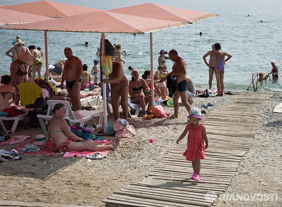 Отдыхающие на пляжах Феодосии