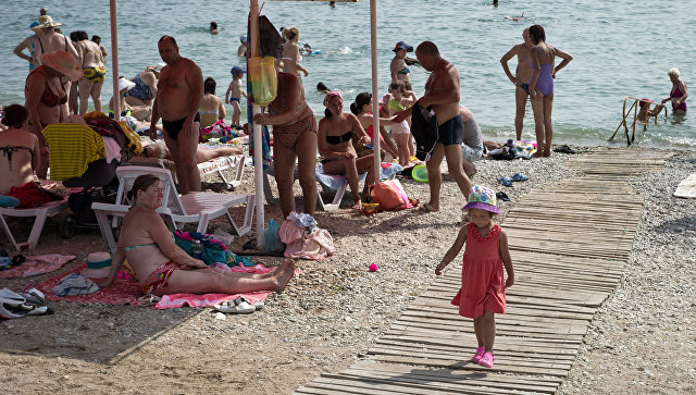 Отдыхающие на пляжах Феодосии. Архивное фото