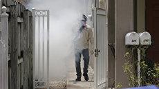 Работник службы по борьбе с комарами. Архивное фото