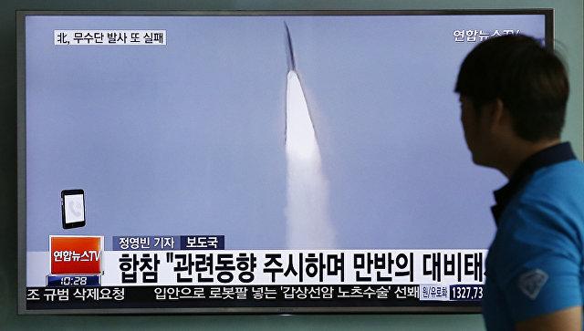 Мужчина смотрит новости в сеульском метро о запуске ракеты среднего радиуса действия в КНДР. 30 мая 2016
