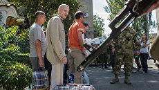 Пленные бойцы вооруженных сил Украины перед процедурой передачи украинской стороне в Донецке