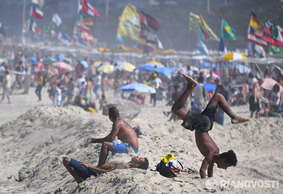 Отдыхающие на пляже Копакабана в Рио-де-Жанейро, Бразилия