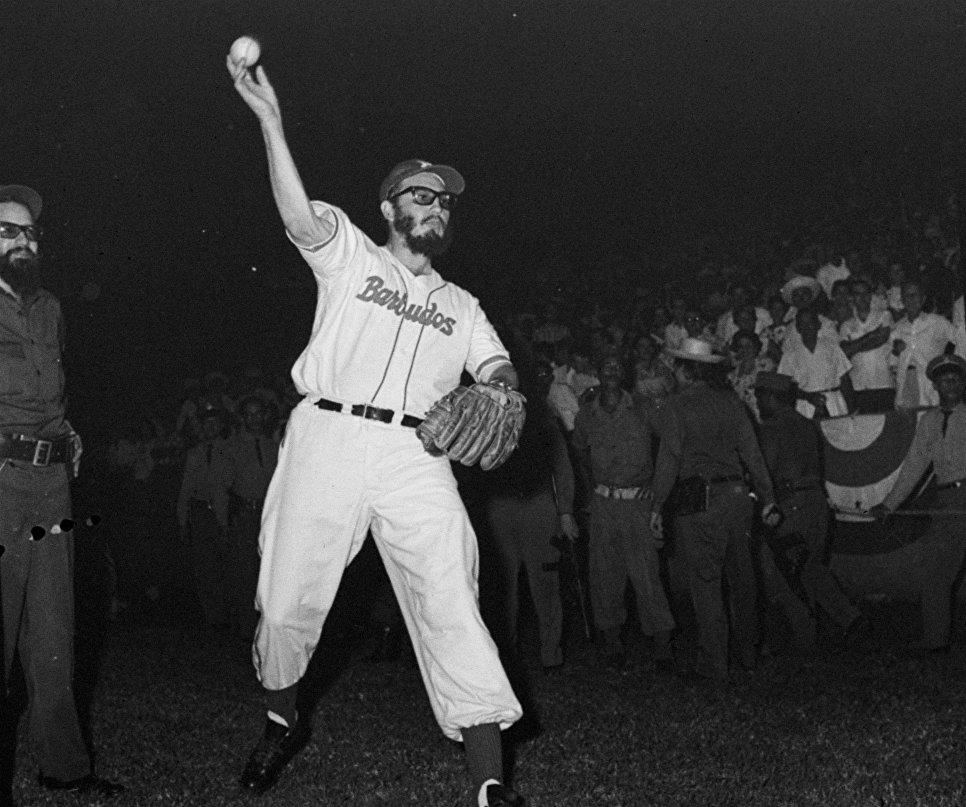 Лидер повстанцев Фидель Кастро играет в бейсбол против полицейской команды