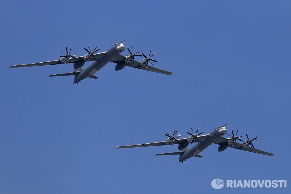 Стратегические бомбардировщики-ракетоносцы Ту-95МС во время военного парада в ознаменование 70-летия Победы