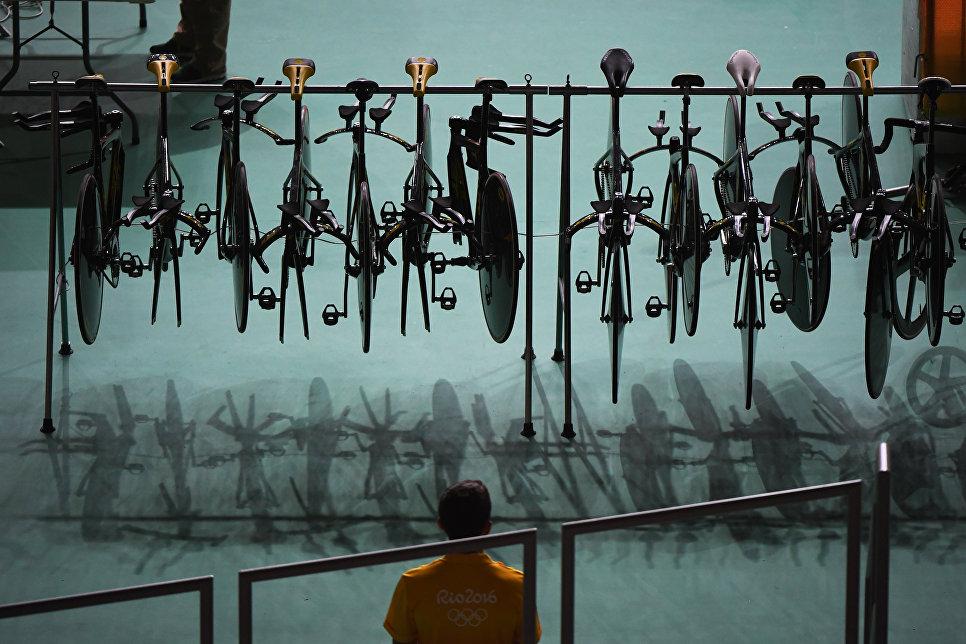 Сотрудник Олимпийского велодрома в Рио-де-Жанейро смотрит на велосипеды австралийской команды
