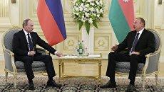 Президент России Владимир Путин (слева) и президент Азербайджана Ильхам Алиев. Архивное фото