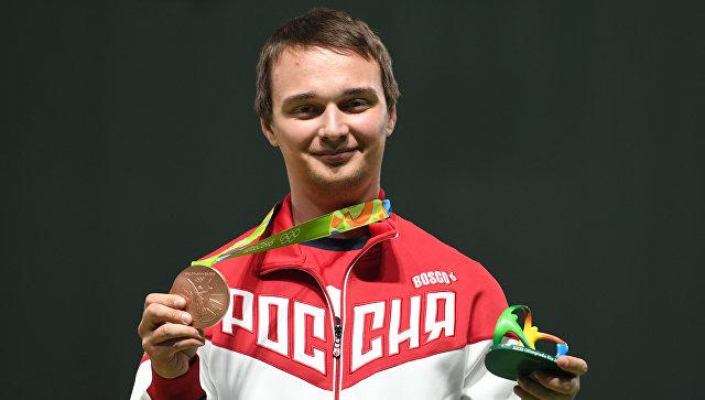 Владимир Масленников (Россия), завоевавший бронзовую медаль по пулевой стрельбе на 10 метров из пневматической винтовки на XXXI летних Олимпийских играх