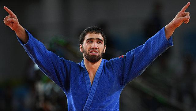 Хасан Халмурзаев (Россия) радуется победе в финальном поединке с Трэвисом Стивенсом (США) во время мужского турнира по дзюдо в весовой категории до 81 кг на XXXI летних Олимпийских играх.