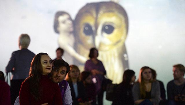 Посетители на мультимедийной выставке Босх. Ожившие видения в Центре дизайна ARTPLAY. Архивное фото