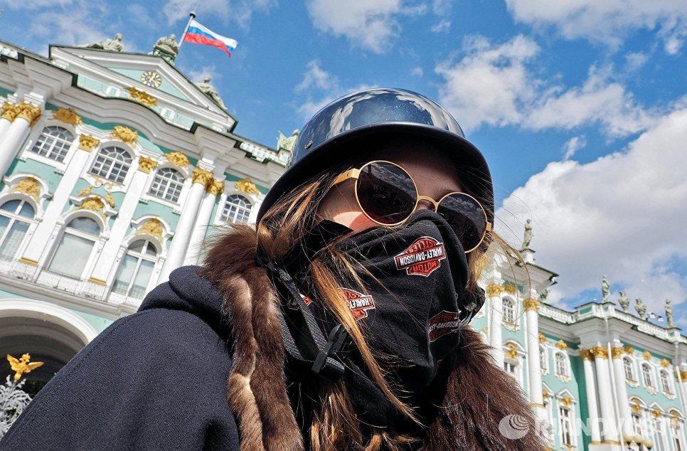 Участник мотофестиваля St.Petersburg Harley® Days во время построения мотопарада на Дворцовой площади