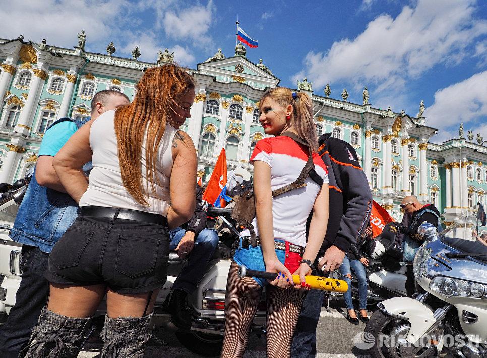 Участники и гости мотофестиваля St.Petersburg Harley® Days во время построения мотопарада на Дворцовой площади