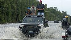Автомобиль на дороге в Луизиане во время наводнения. 14 августа 2016