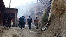 Сотрудники МЧС РФ в селе Мокок Цунтинского района Республики Дагестан, где 21 августа произошел пожар