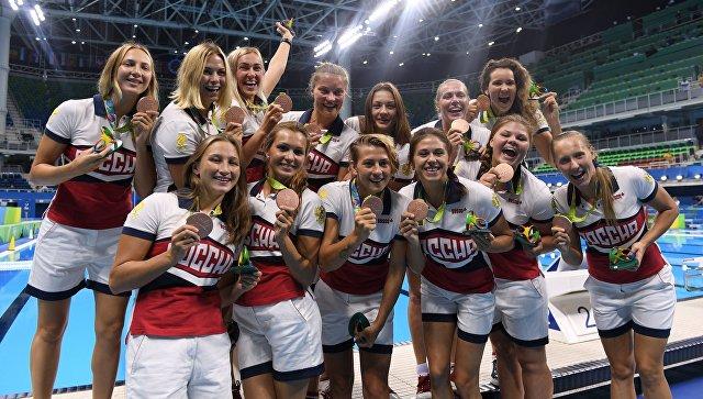Спортсменки сборной России, завоевавшие бронзовые медали в соревнованиях по водному поло среди женщин XXXI летних Олимпийских играх. Архивное фото