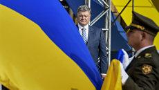 Президент Украины Петр Порошенко на торжественной церемонии поднятия флага Украины на Софийской площади в Киеве